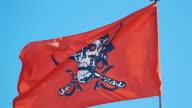 Tre filmer av röd pirat flagga i 4K