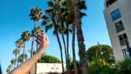 Drei videos von einer Frau in Hollywood in Zeitlupe