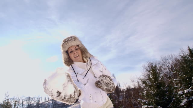 SLO, MO, werfen ein Schneeball in die Kamera