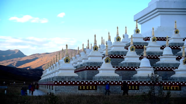 Tibetische white Pagoden in Daocheng, Sichuan Province, China.