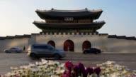 Kantelen naar beneden ofGyeongbokgung paleis In Zuid-Korea, met de naam van het Paleis 'Gyeongbokgung' op een teken