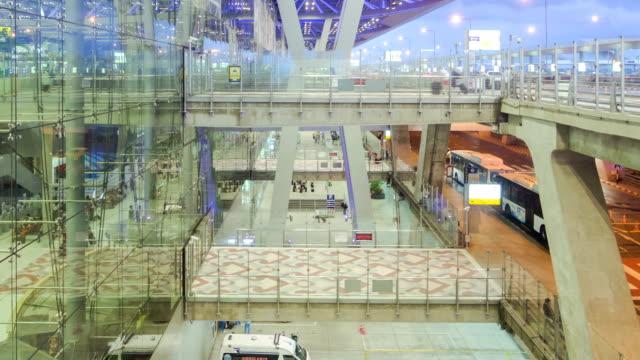 Panoramica verso l'alto di Aeroporto di ambiente, di giorno e di notte