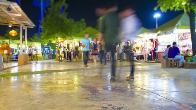 Zeitraffer:  Asiatische Menschen genießen Sie die Einkaufsmöglichkeiten im Einzelhandel Markt Nacht-Szene