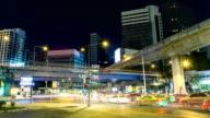 Time-lapse op moment van de nacht. Verkeer in de buurt van Sala Daeng kruispunt, Silom, Thailand.