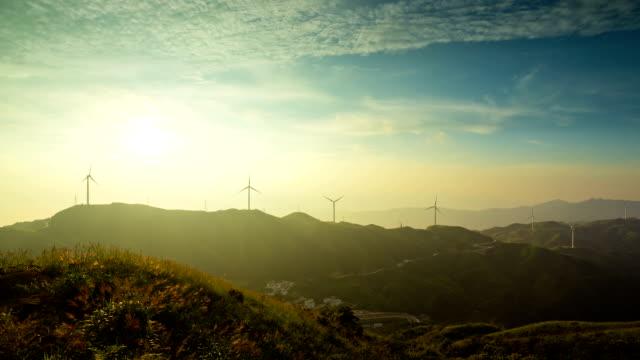 Zeitraffer bei Sonnenuntergang in Windparks in Beauce