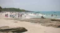 4K Zeitraffer am schönen Sandstrand mit Masse traveler
