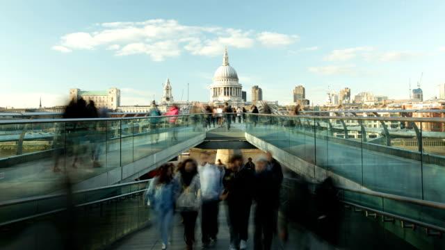HD-Zeitraffer belebten Millennium bridge St Paul's Tate London