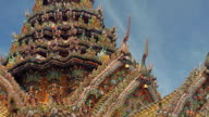 Time lapse close up zoom out detail of roof of Arun temple / Bangkok, Thailand