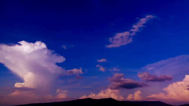 Tijd lapse wolk hemel boven een berg