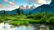 Zeitraffer Dolly Bewegung der Berge, Wolken und meadow stream