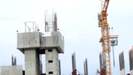 HD-Zeitraffer: labor Arbeiten am Bau des hohen Gebäuden mit Risiko