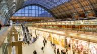 Zeitraffer Rohr unterirdischen Bahnhof London, Passagiere in Rush Hour, England, UK