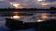 Tid förflutit longtail båt på sjön i solnedgång