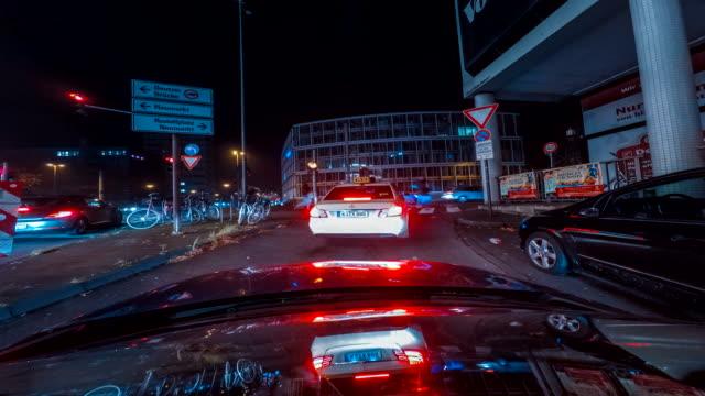 Tid förflutit på en bil som kör genom gatorna