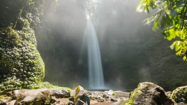 Tijdspanne van een waterval in het midden van een tropisch regenwoud