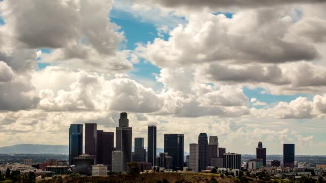 Zeitraffer von Wolken über der Innenstadt von Los Angeles.