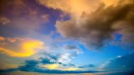 Time-lapse van cloudscape met felle zon schijnt met wolken passeren.