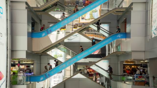 Zeitraffer der Menge, die Rolltreppe im Einkaufszentrum