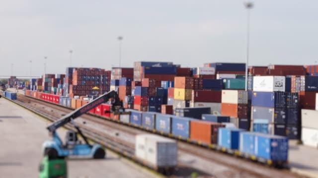 4K time-lapse van goederentrein en logistieke operatie in spoorweg container yard.zoom in stijlen.