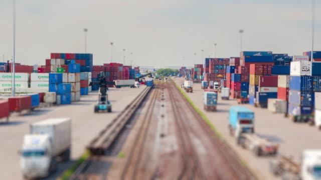 4K time-lapse van goederentrein en logistieke operatie in spoorweg container yard.zoom in stijlen