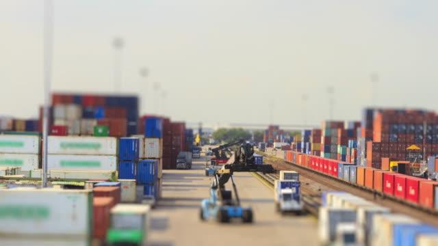 4K time-lapse van goederentrein en logistieke operatie in spoorweg container tuin.