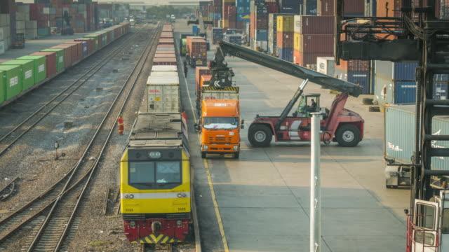 Time-lapse van goederentrein met cargo containers