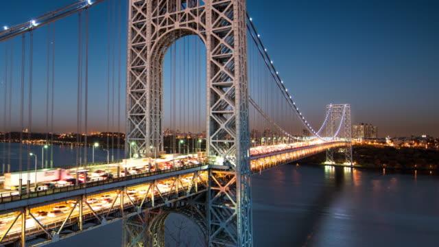 Zeitraffer des GEO-Brücke in New York City in der Abenddämmerung