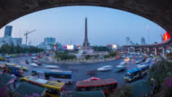 Tag bis Nacht Zeitraffer mit Langzeitbelichtung technic der Stadt und Verkehr, Bangkok im Victory monument