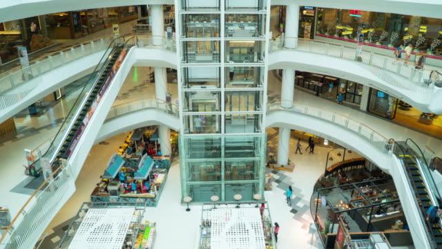 Zeitraffer von Menschen im Einkaufszentrum