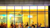 """Zeitraffer des Restaurant """"cafe von außerhalb in der Nacht"""