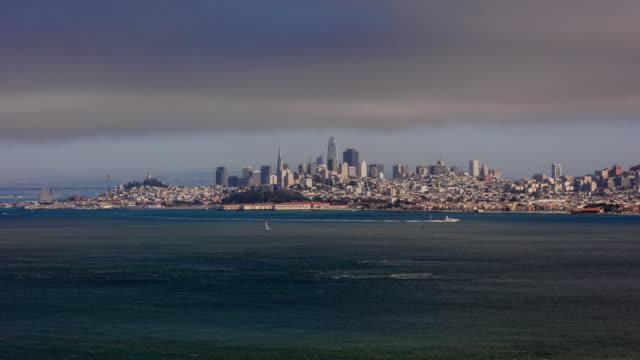 Tidsfördröjning för San Francisco skyline panorama från Bay en mulen dag