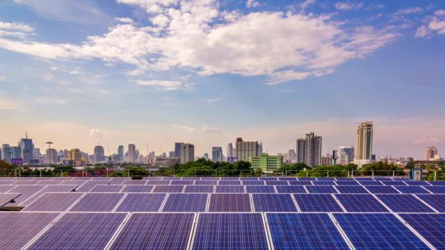 Zeitraffer von Solar Farm in the city, Schwenk nach oben