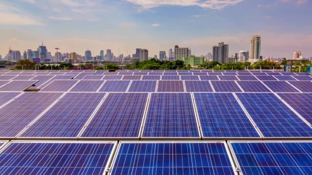 Zeitraffer des Solar Farm in der Branche, Schwenken von