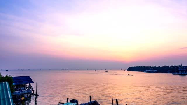 Time-lapse van zonsopgang: vissersdorp in Bangtaboon Petchaburi, Thailand