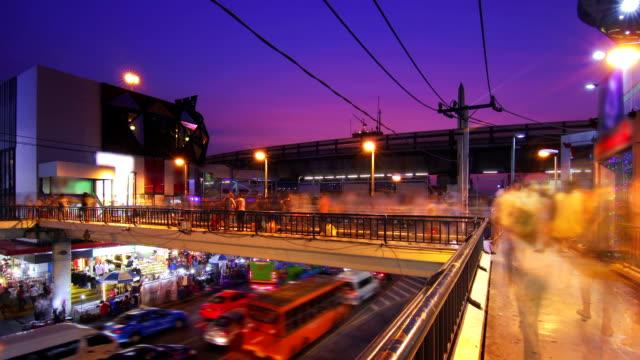 Zeitraffer des Verkehrs Stadt und die Fußgängerzone