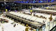 Time-lapse van reiziger op luchthavengebouw