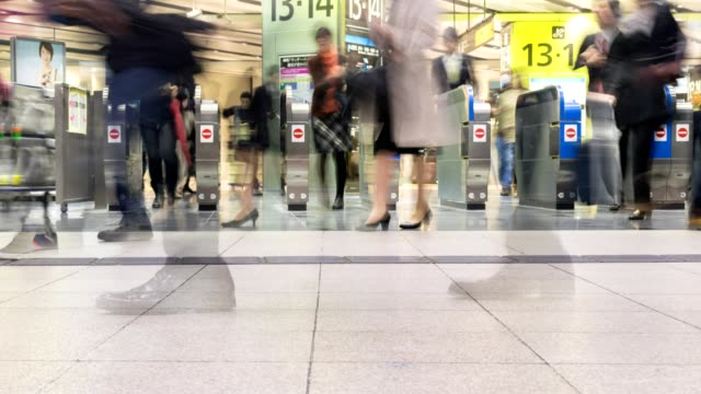 time-lapse van reiziger menigte bij shin osaka station gate, japan