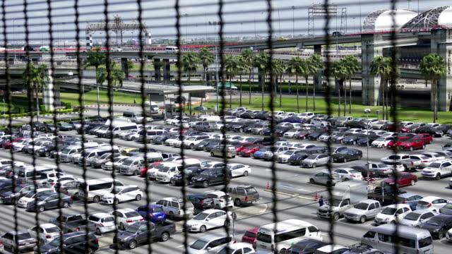 Zeitraffer der Ansicht der Parkplatz am Flughafen.