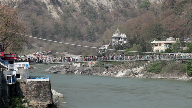Tid förflutit på Lakshman Jhula bridge i Rishikesh