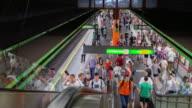 4K time-lapse: voetgangers druk op Wenen metro station