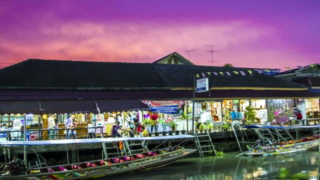 Zeitraffer: Menschen, die auf asiatischen Schwimmender Markt von Sonnenuntergang bis Nacht