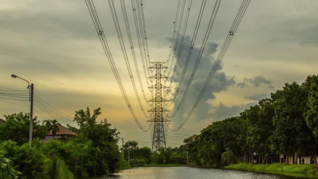 Time-lapse, zonsondergang hemel met elektriciteit paal