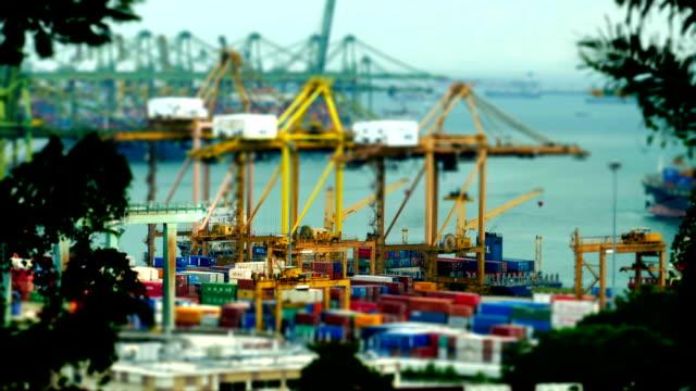 Zeitraffer mit einem tilt-shift-Effekt am Hafen und Aktivitäten