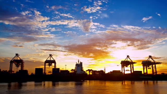 Zeitraffer Arbeiten im Handel Hafen mit Behälter Sonnenaufgang