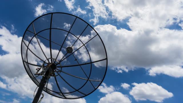 Time-lapse uitzoomen silhouet satellietschotel en hemelachtergrond