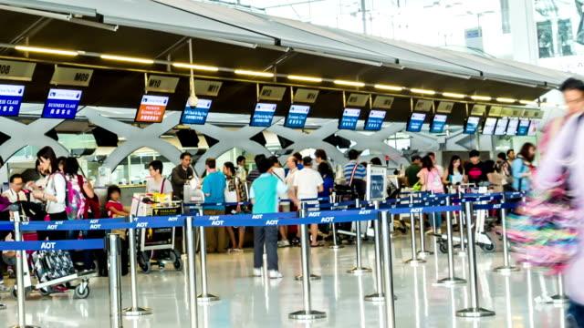 time lapse in HD, persone del check-in in aeroporto