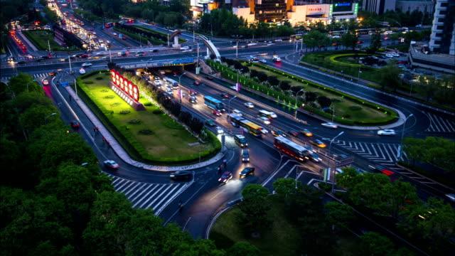 Zeitraffer-Urban Autobahn-Verkehr in der Nacht