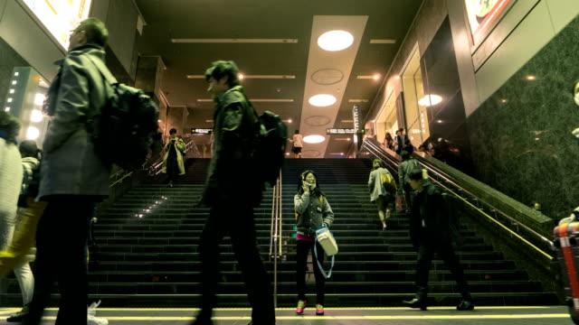Time-lapse 4K Ultra HD: toerist en reiziger vol lopen op de trap van metro station Tokio