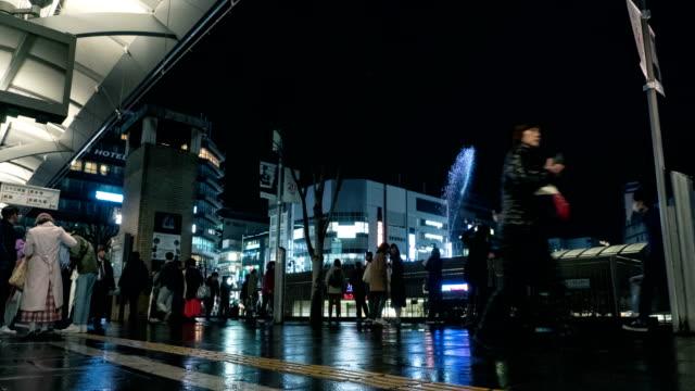 Time-lapse 4K Ultra HD: toerist en reiziger vol lopen straat vooraan in Kyoto metro station japan met fontein op achtergrond