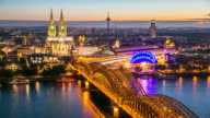 4 K Zeitraffer: Luftaufnahme der Kölner Dom Hohenzollernbrücke in der Dämmerung, Deutschland
